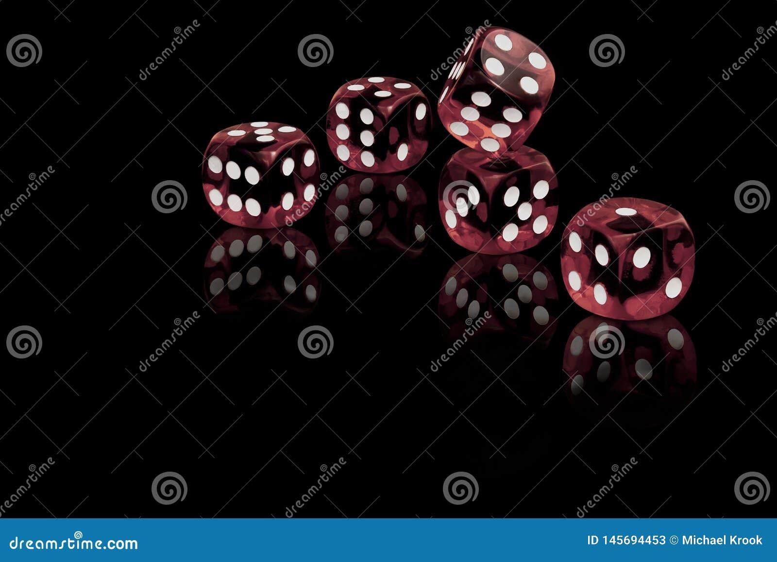 Pięć czerwień dices na czarnym tle
