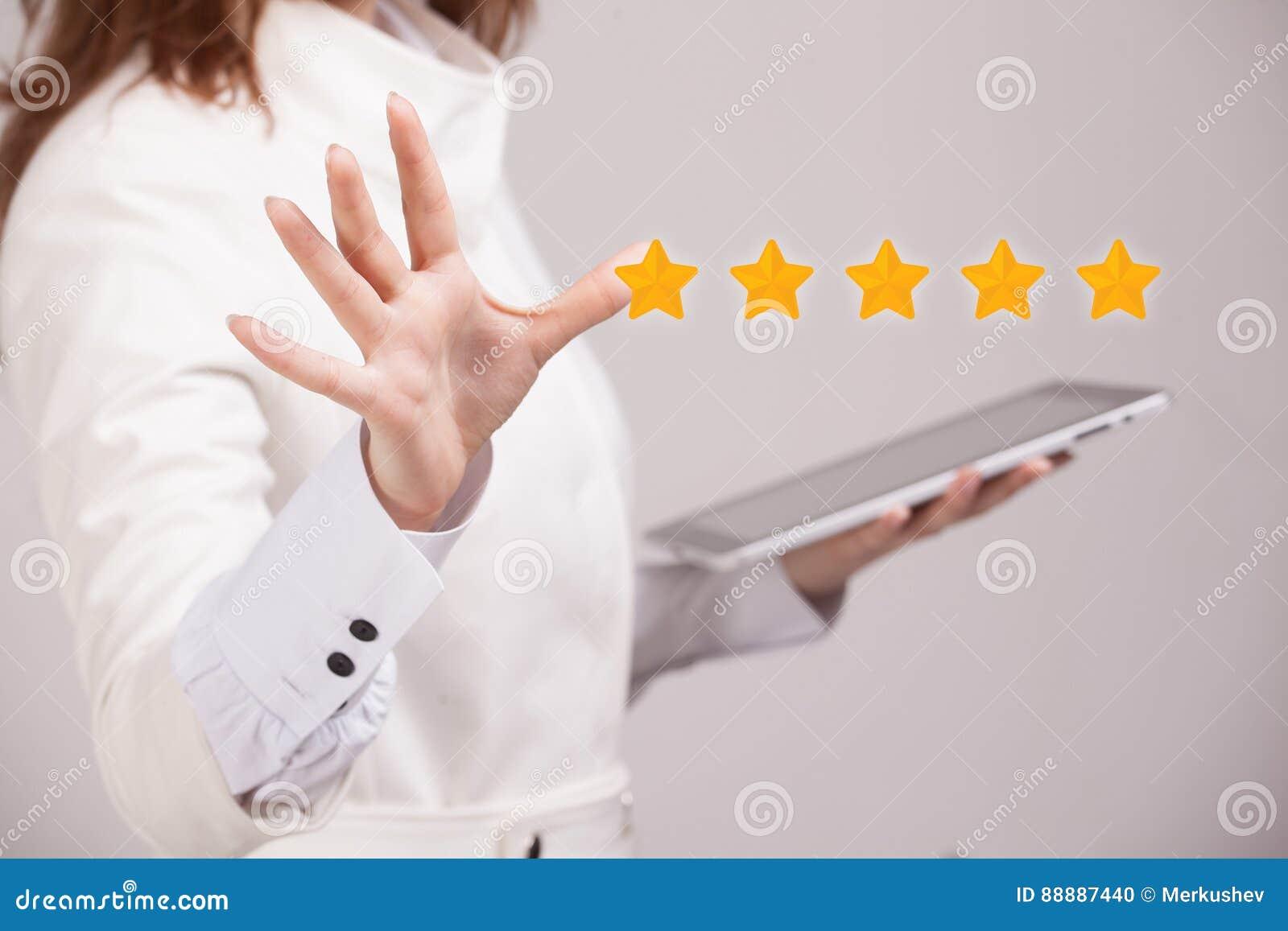 Pięć gwiazdowa ocena lub ranking porównywać z normą pojęcie, Kobieta ocenia usługa, hotel, restauracja