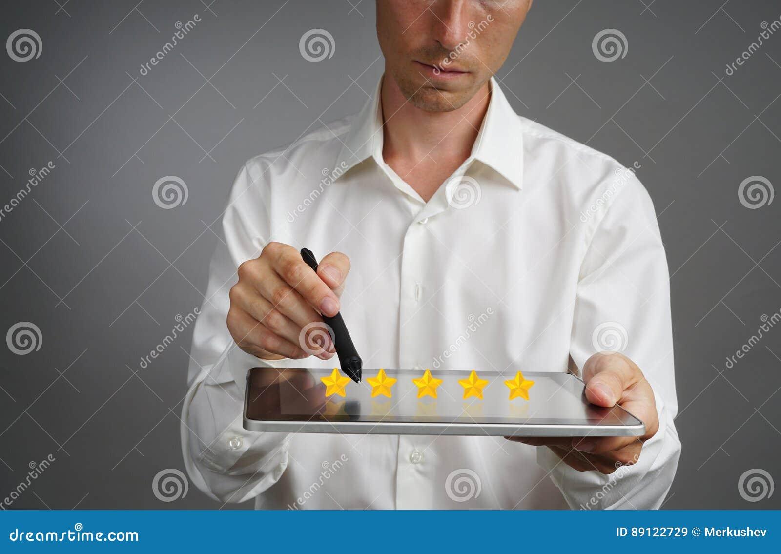 Pięć gwiazdowa ocena lub ranking porównywać z normą pojęcie, Mężczyzna z pastylka pecetem ocenia usługa, hotel, restauracja