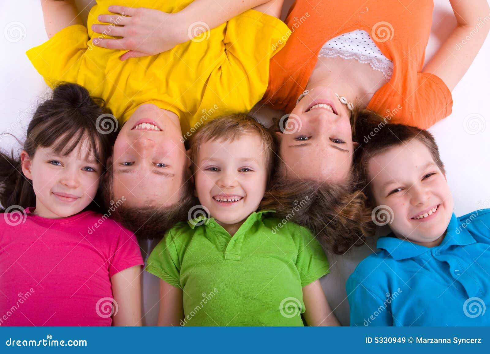 Pięć szczęśliwych dzieci