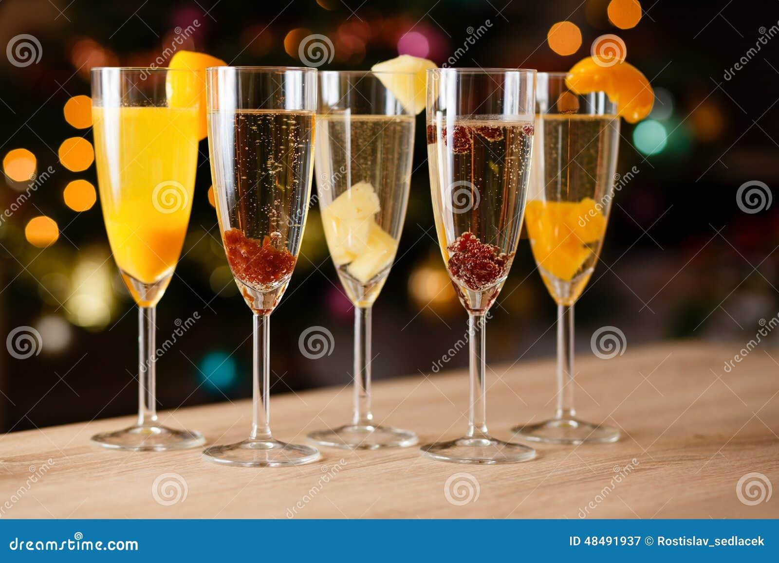 Pięć szkieł szampan z owoc