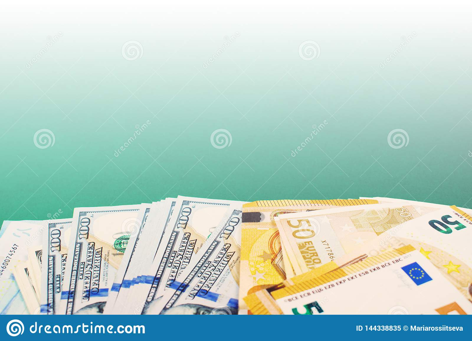 Pięćdziesiąt euro i dolarowych sto rachunków