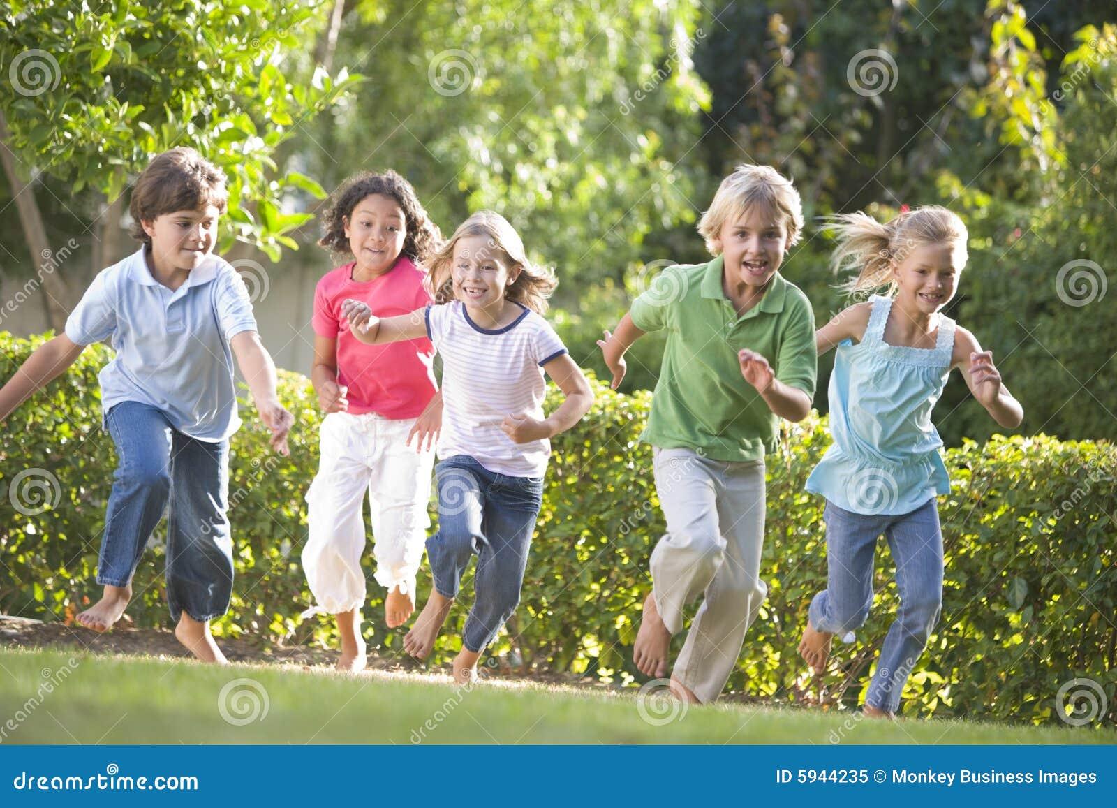 Pięciu przyjaciół na dworze jest młody uśmiechniętych