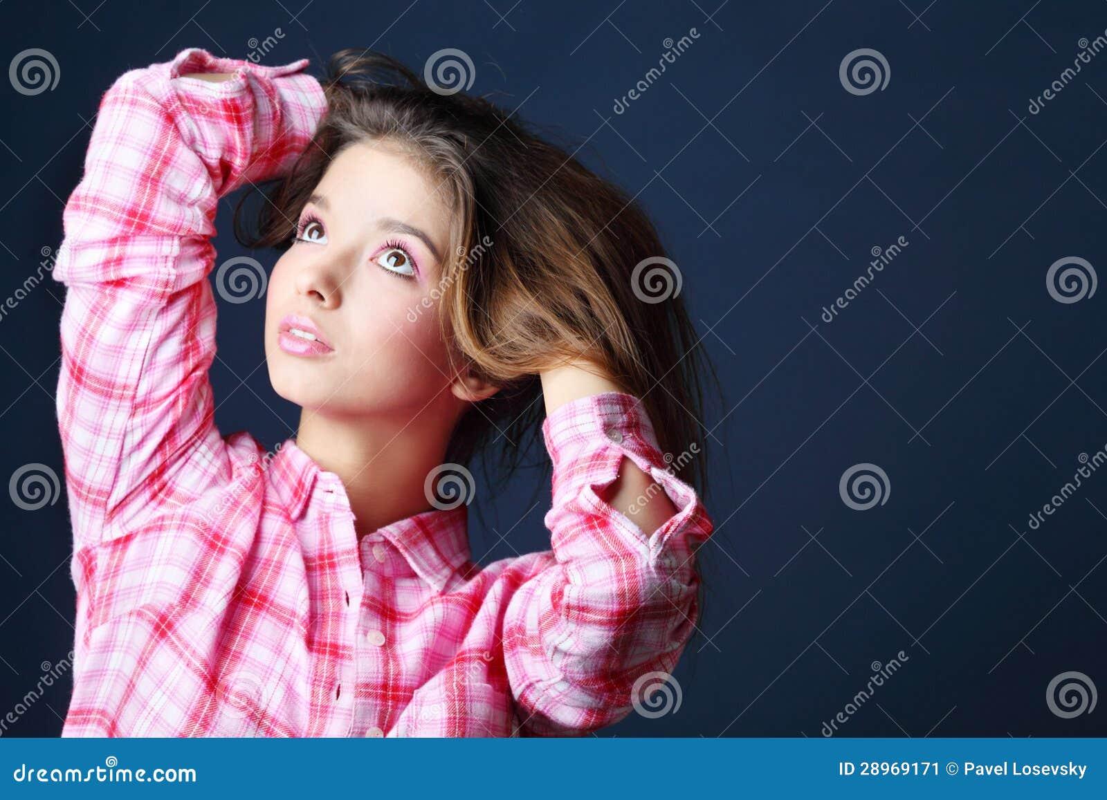 Piękna ładna dziewczyna trzyma włosiany i patrzeje up