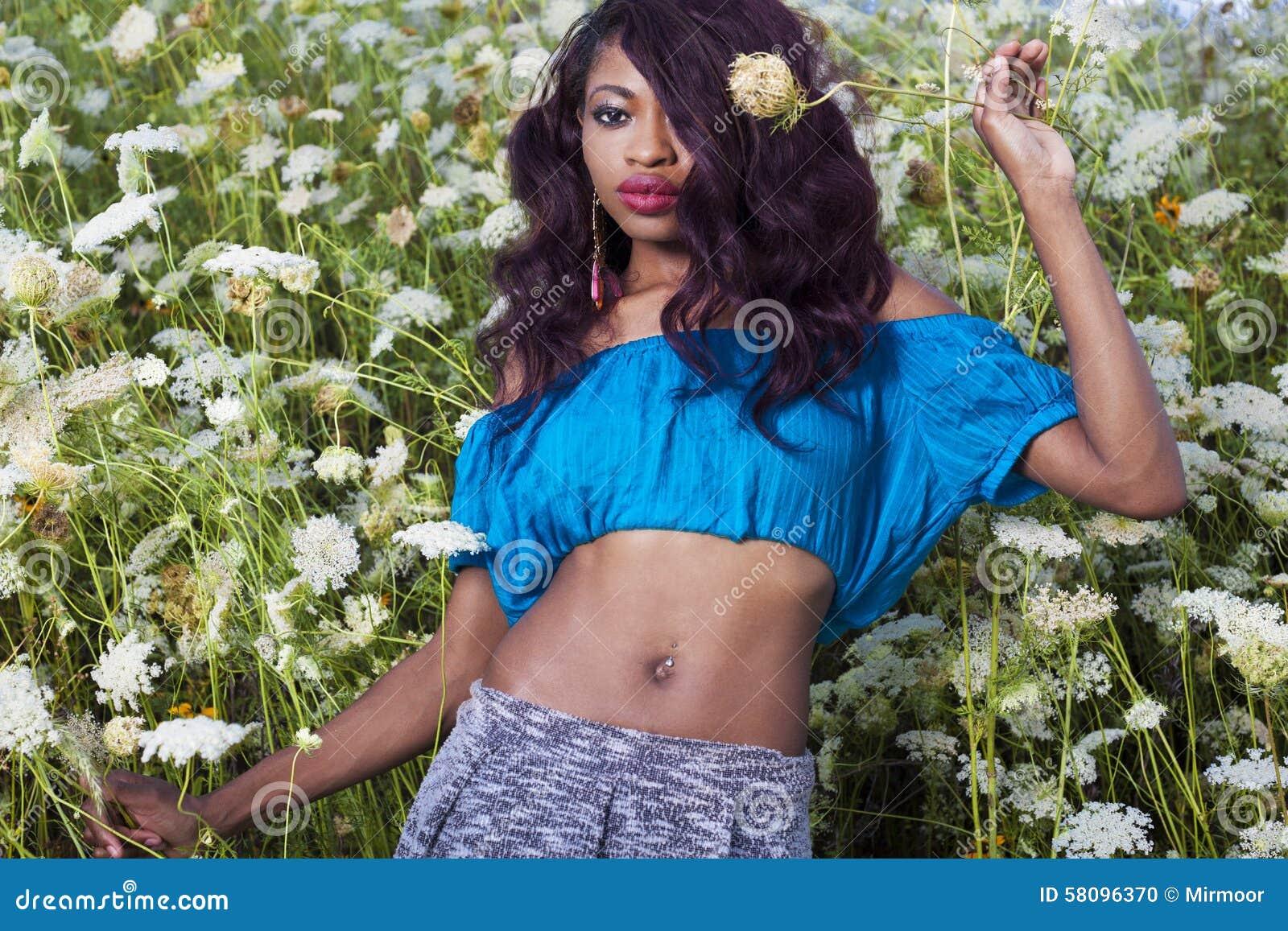 Piękna amerykanin afrykańskiego pochodzenia dziewczyna cieszy się letniego dzień