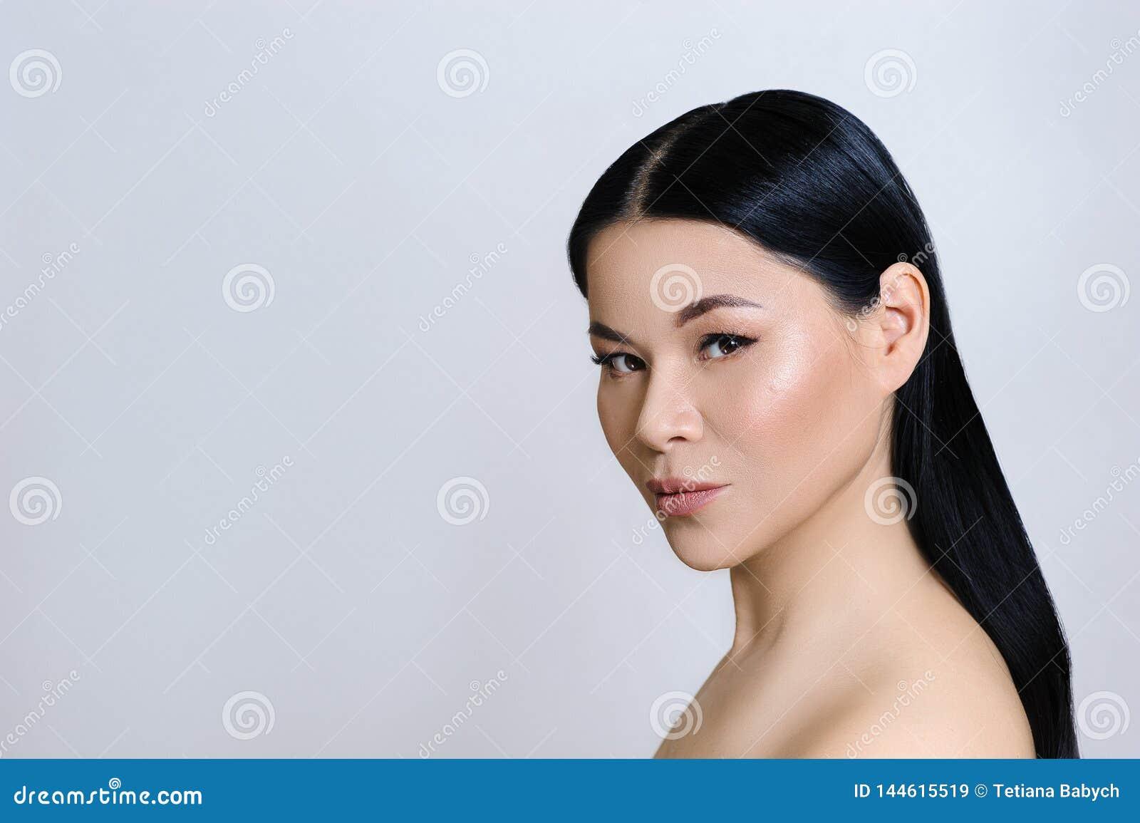 Pi?kna azjatykcia kobiety twarz z czyst? ?wie?? sk?r?, nagim makeup, kosmetologi?, opiek? zdrowotn?, pi?knem i zdrojem,