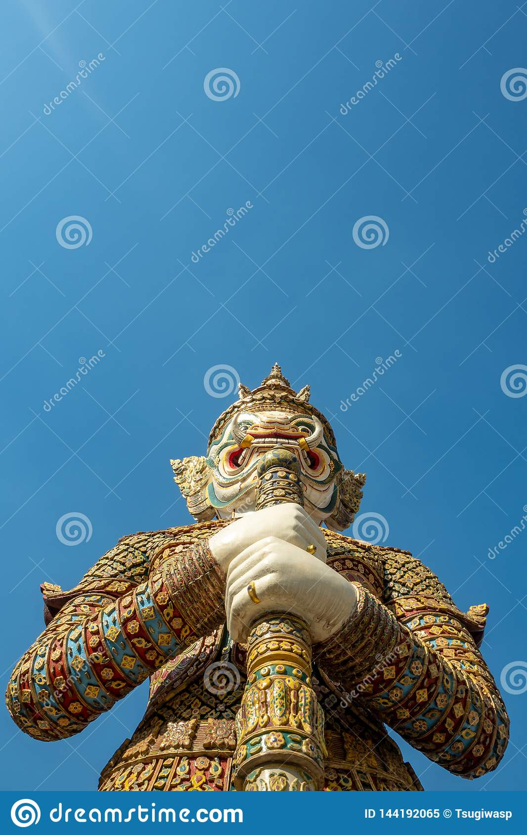 Piękna biała gigantyczna statua na niebieskiego nieba tle