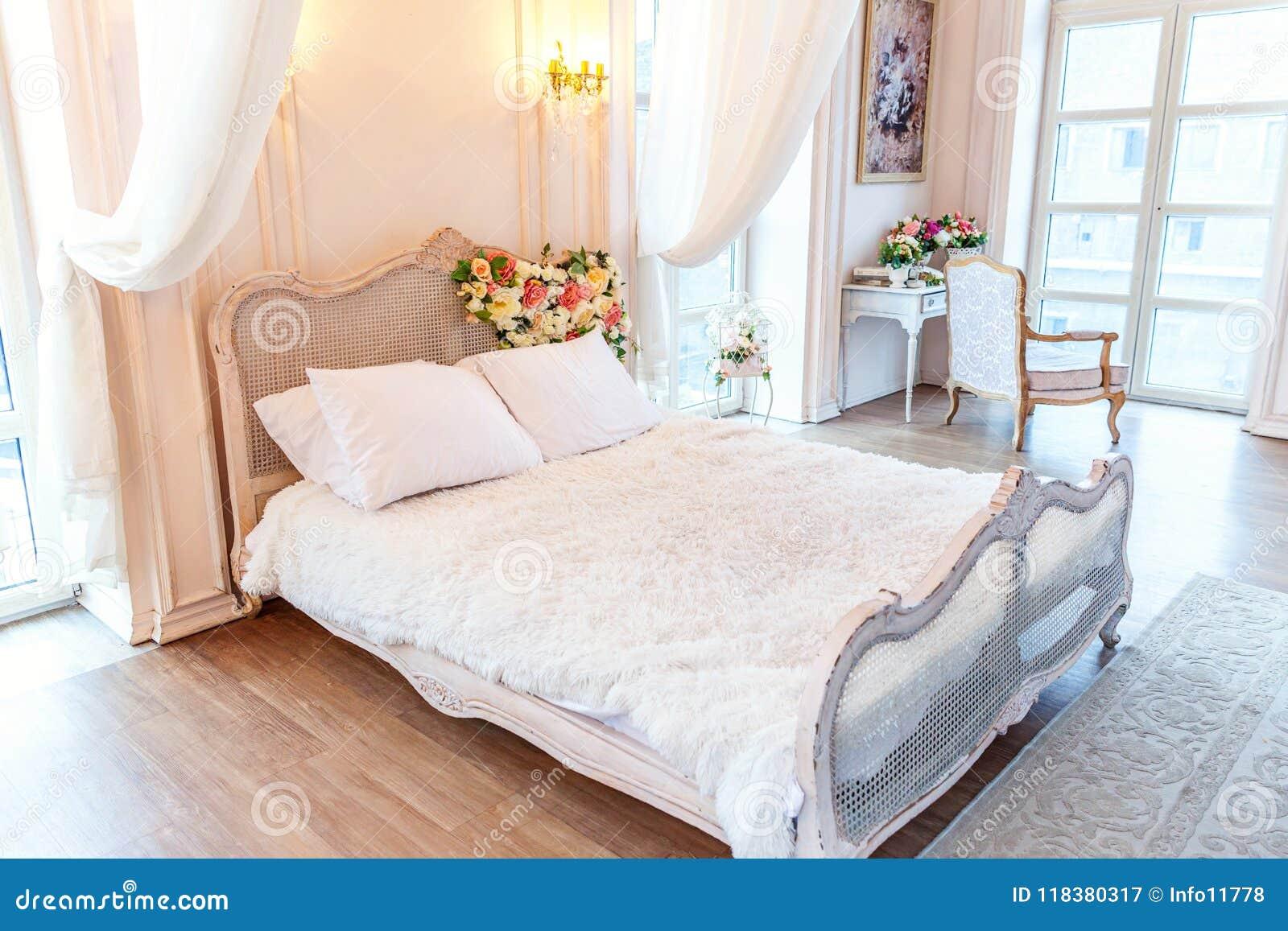 Piękna Biała Jaskrawa Czysta Wewnętrzna Sypialnia W