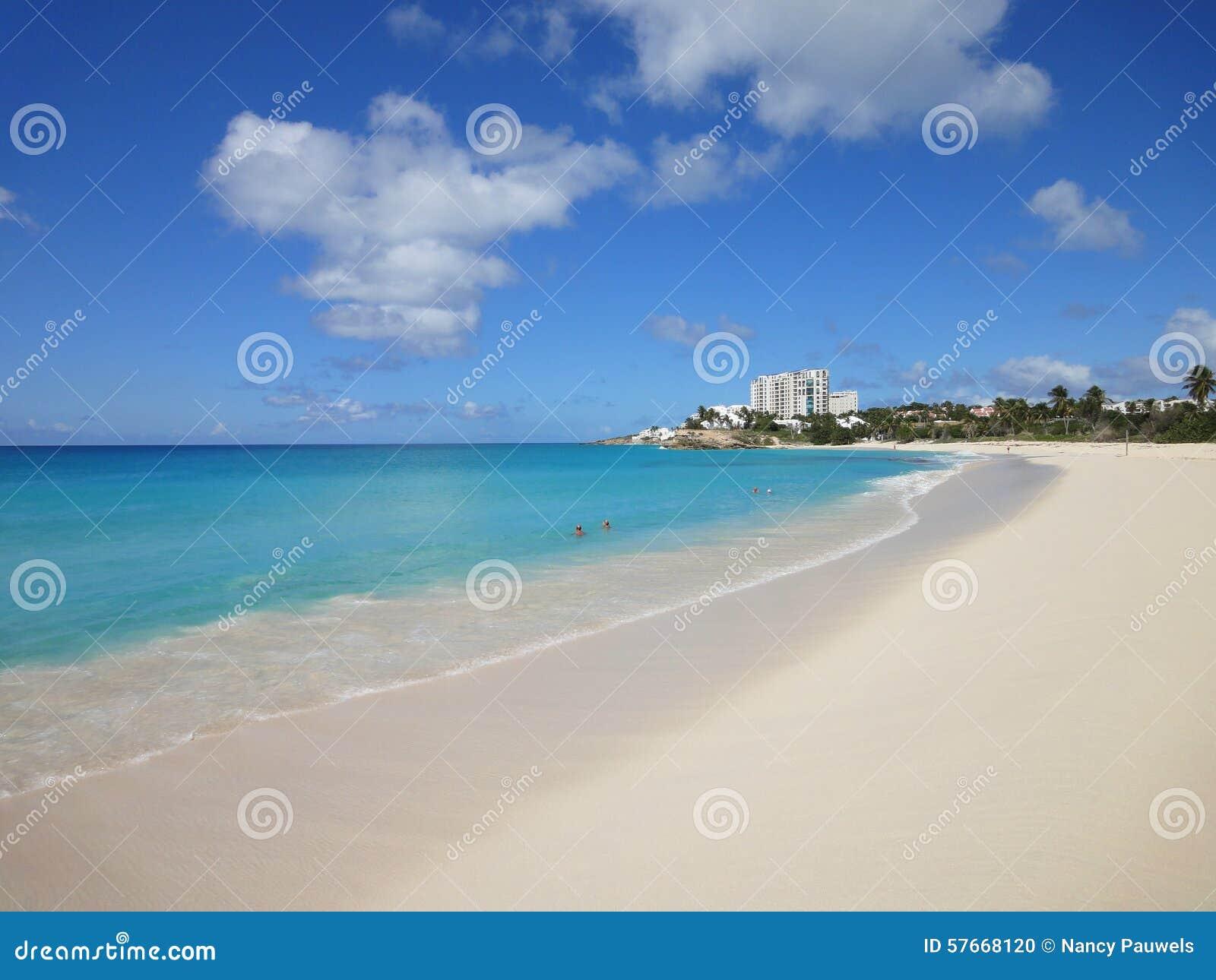 Piękna biała piaskowata plaża w Karaiby