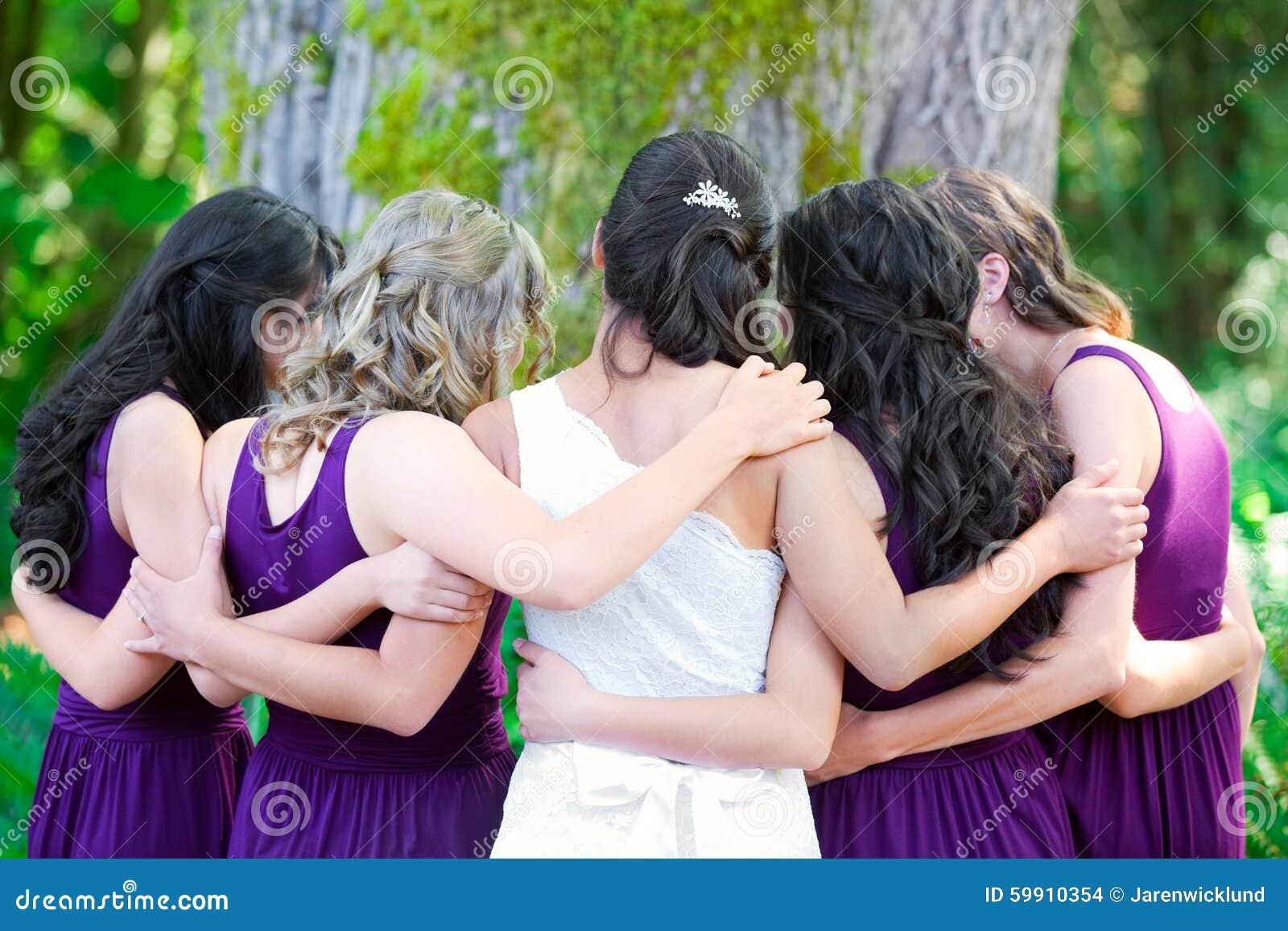Piękna biracial młoda panna młoda z jej wieloetniczną grupą bri