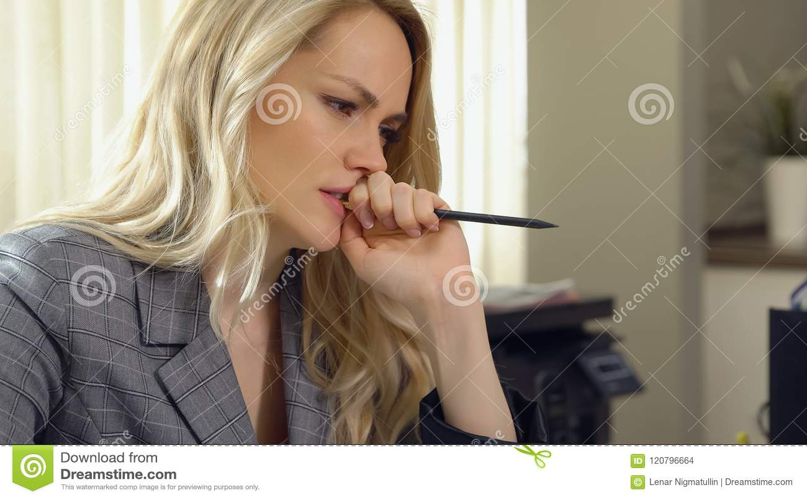 Piękna biznesowa kobieta gryźć jej ołówek w biurze