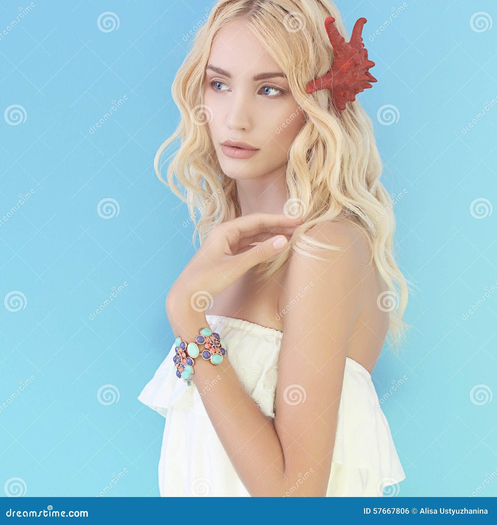Piękna blond dziewczyna z rozgwiazdą