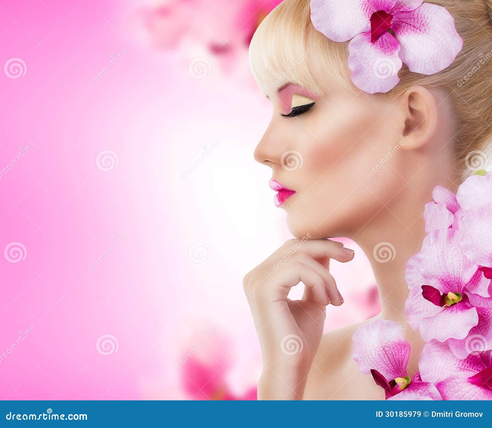 Piękna dziewczyna z kwiatami i perfect makeup