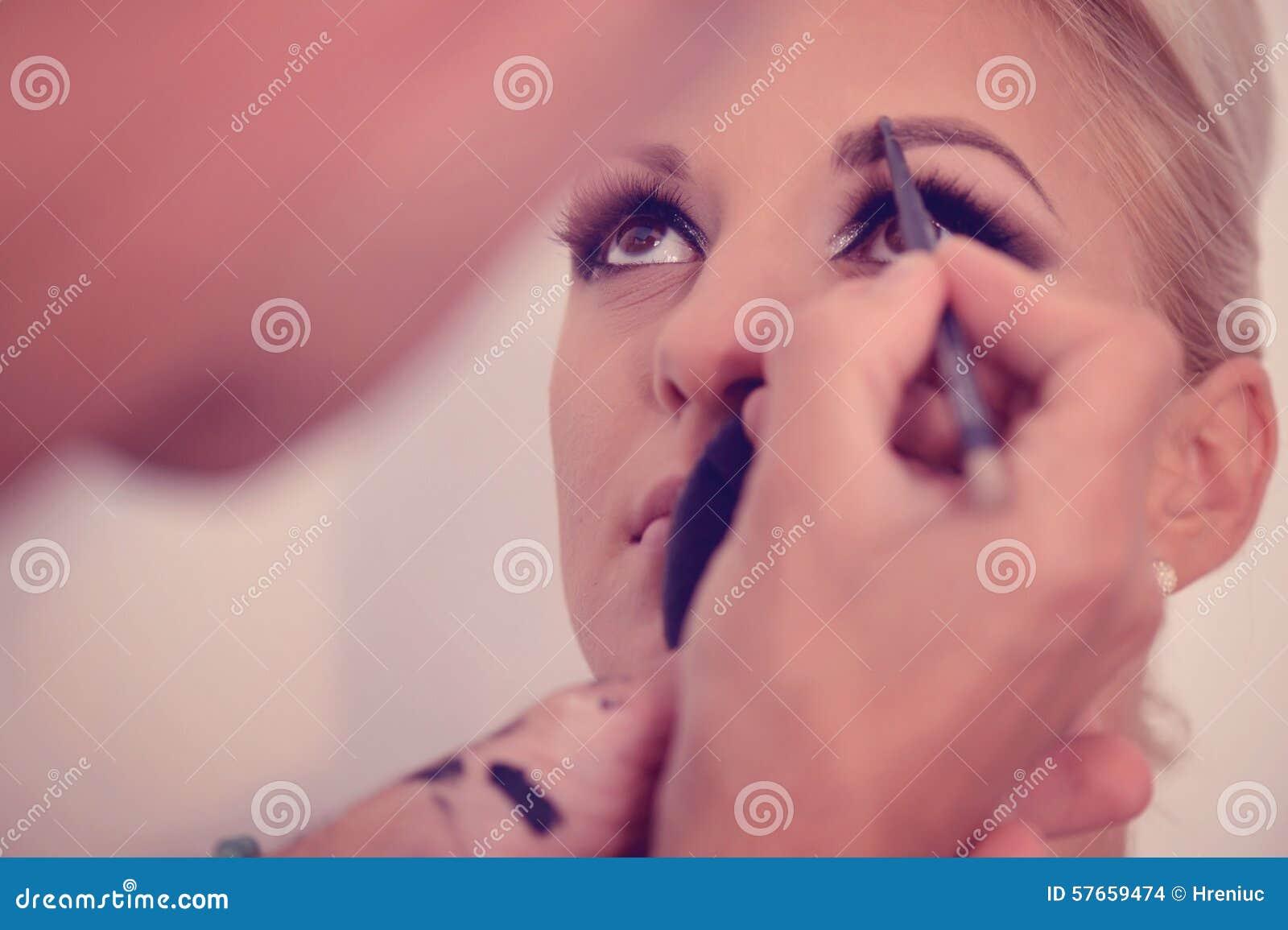 Piękna blondynki kobieta w makeup studiu