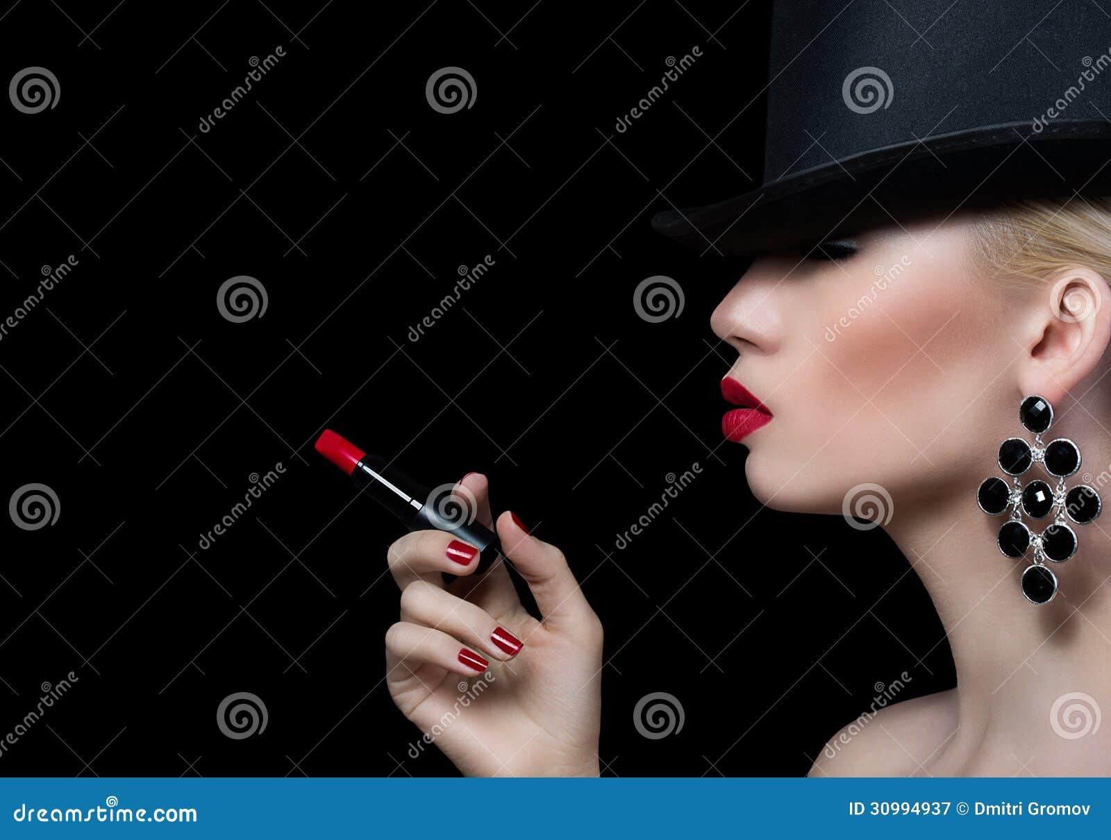 Piękna blondynki kobieta z papierosowymi i czerwonymi wargami
