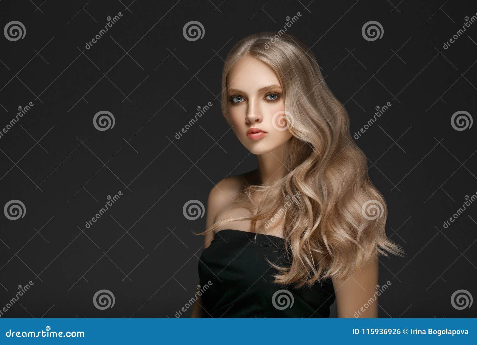Piękna blondynki kobiety piękna modela dziewczyna z perfect makeup ove