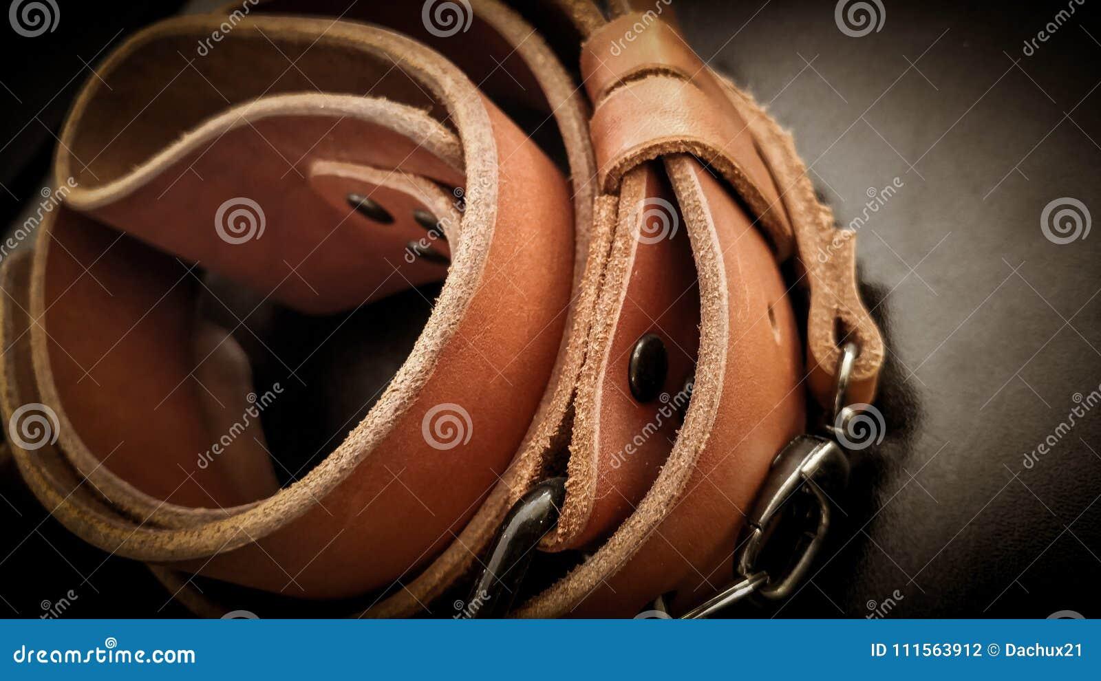 Piękna brown ręcznie robiony rzemienna kamera temblaka patka na czarnym tle
