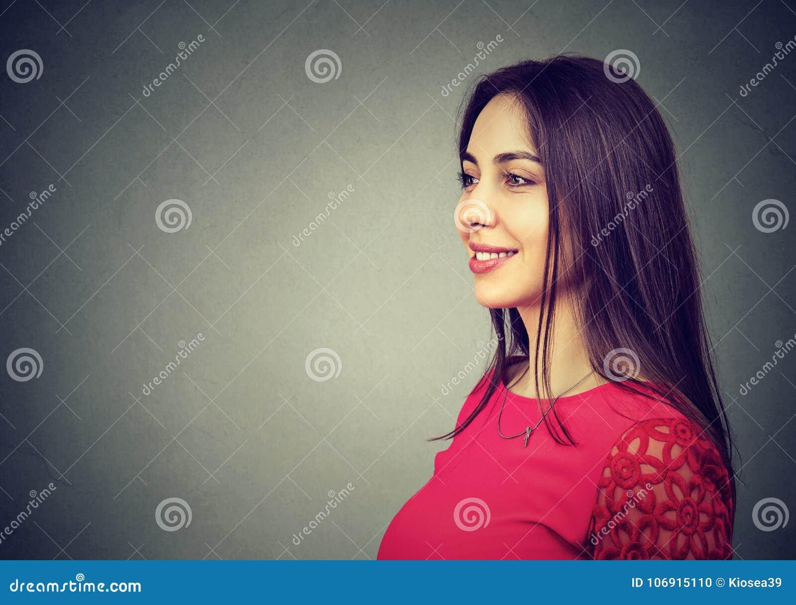 Piękna brunetki kobieta na szarość
