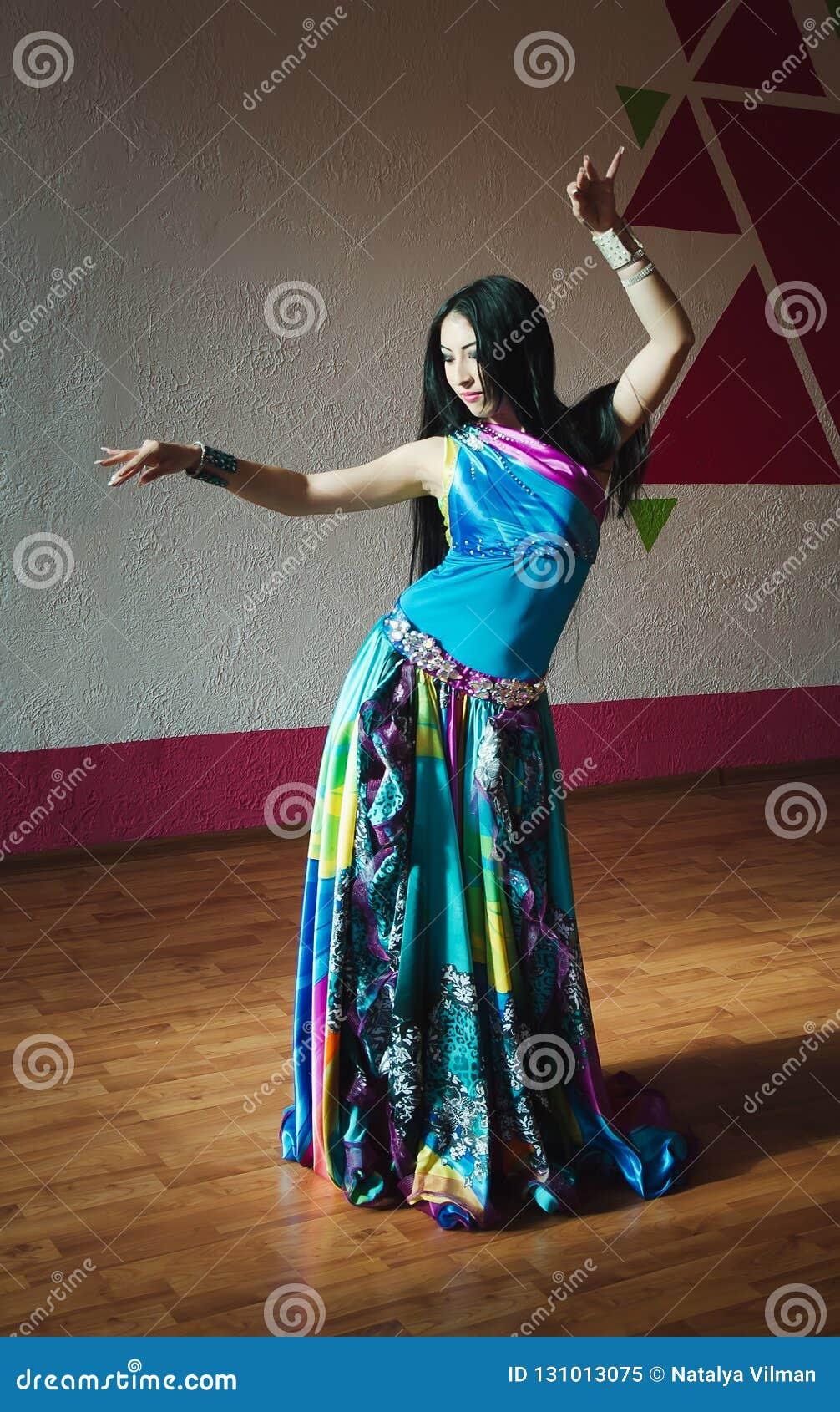 Piękna brzucha tancerza kobieta