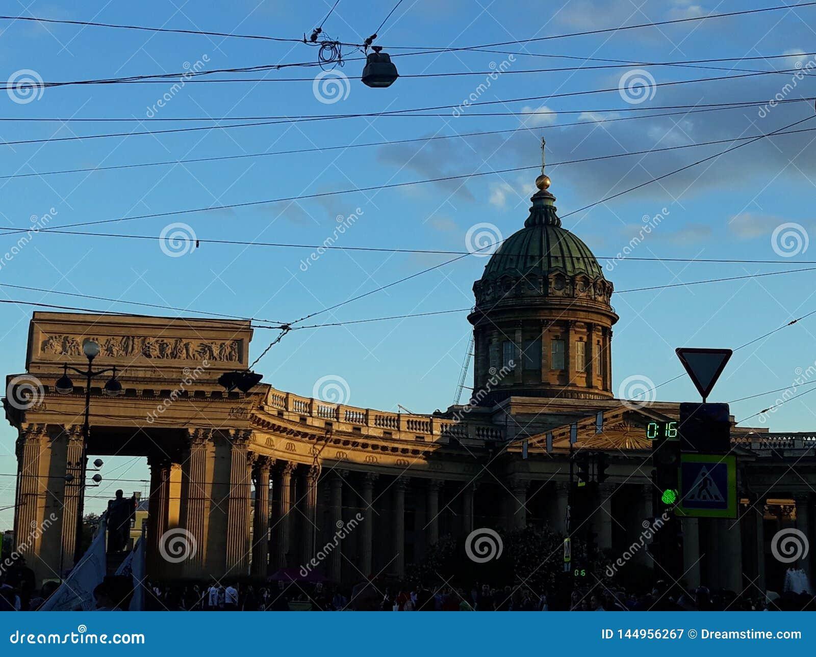 Piękna budynek architektura otaczająca kablami