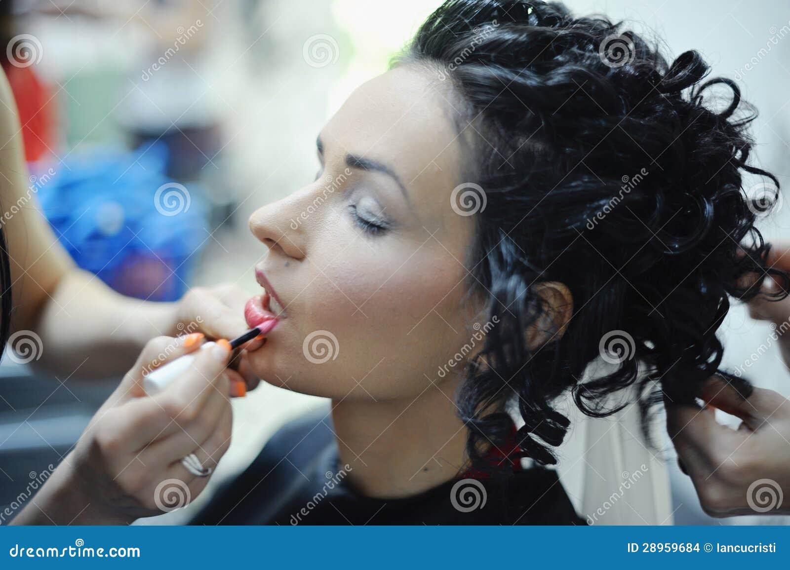 Piękna caucasian panna młoda dostaje przygotowywający dla ślubnej ceremonii