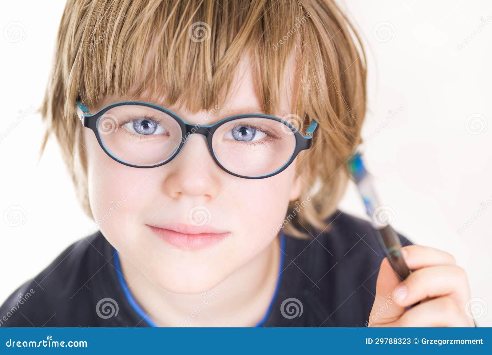 Piękna chłopiec z szkłami i obraz szczotkujemy w ręce