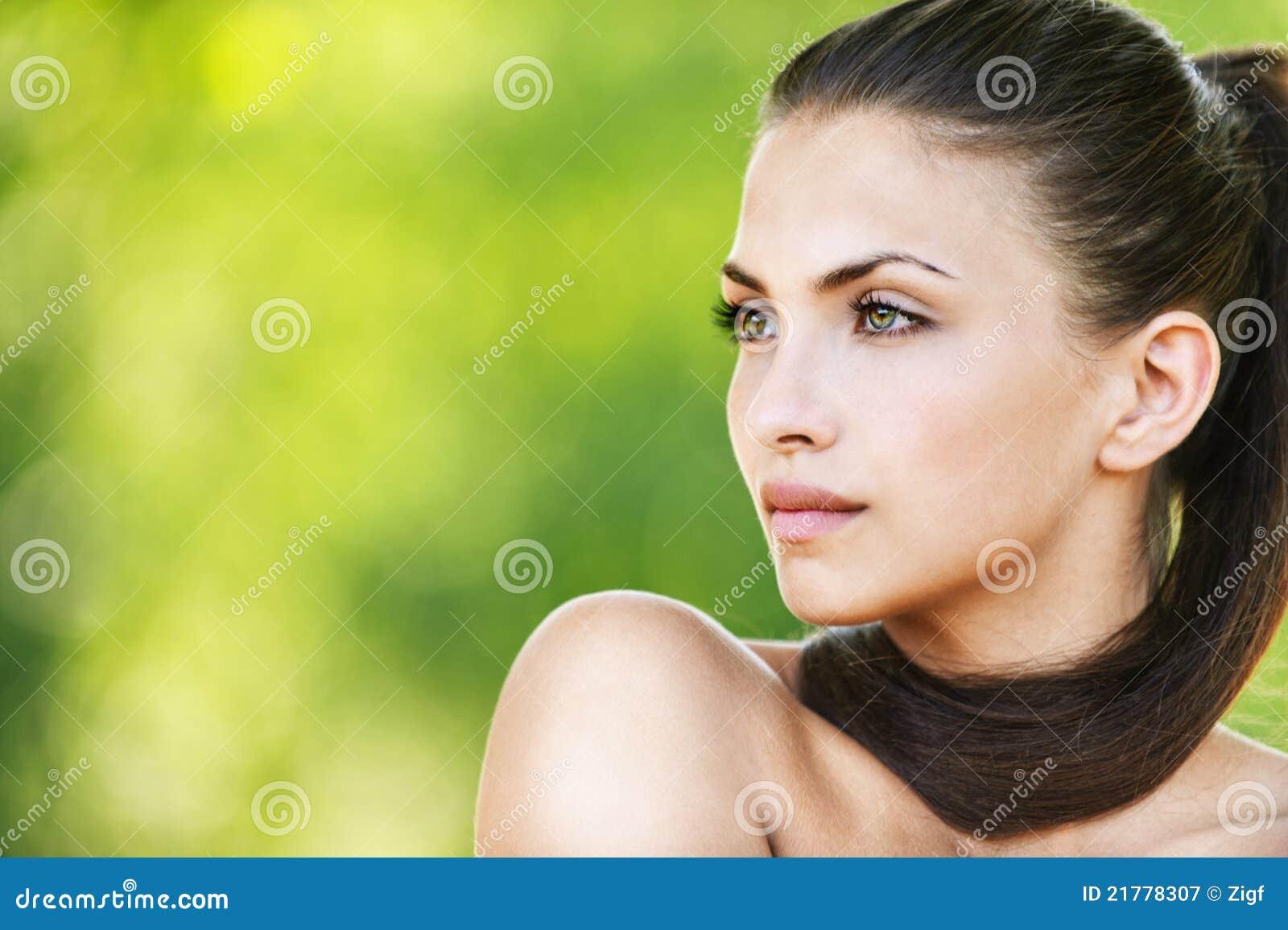 Piękna ciemna z włosami naga kobieta