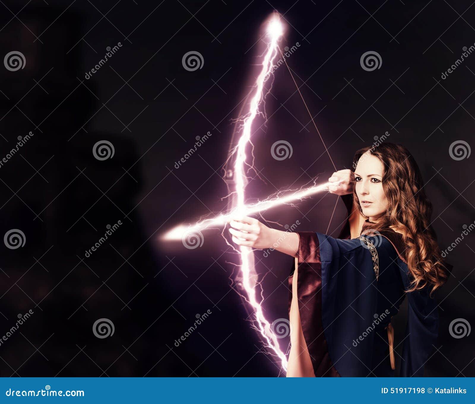 Piękna czarodziejska kobiety łuczniczka z magicznym łękiem