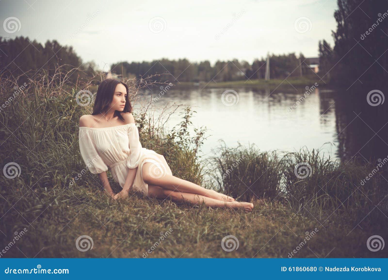 Piękna dama przy rzeką