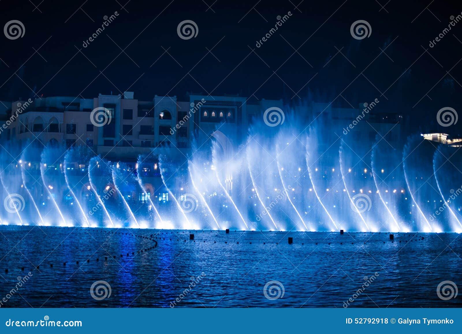 Piękna dancingowa fontanna iluminująca przy nocą