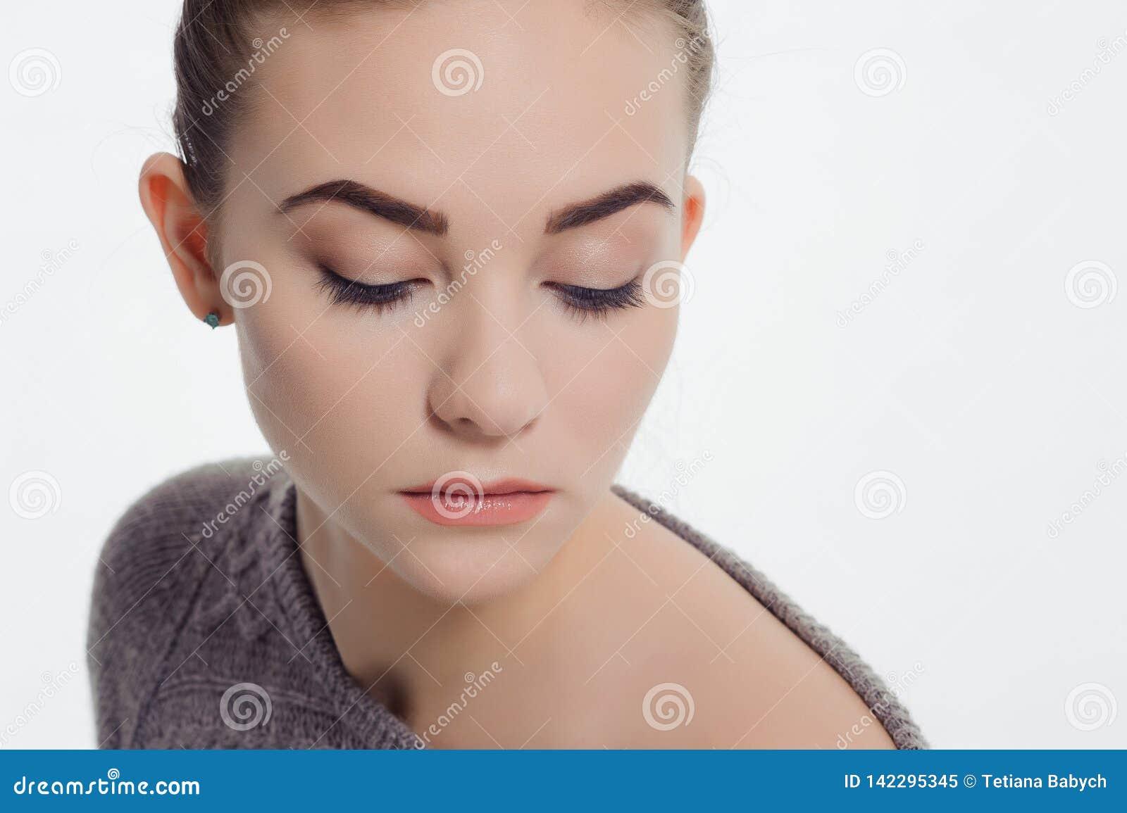 Piękna dorosła dziewczyna pozuje z nagim makeup