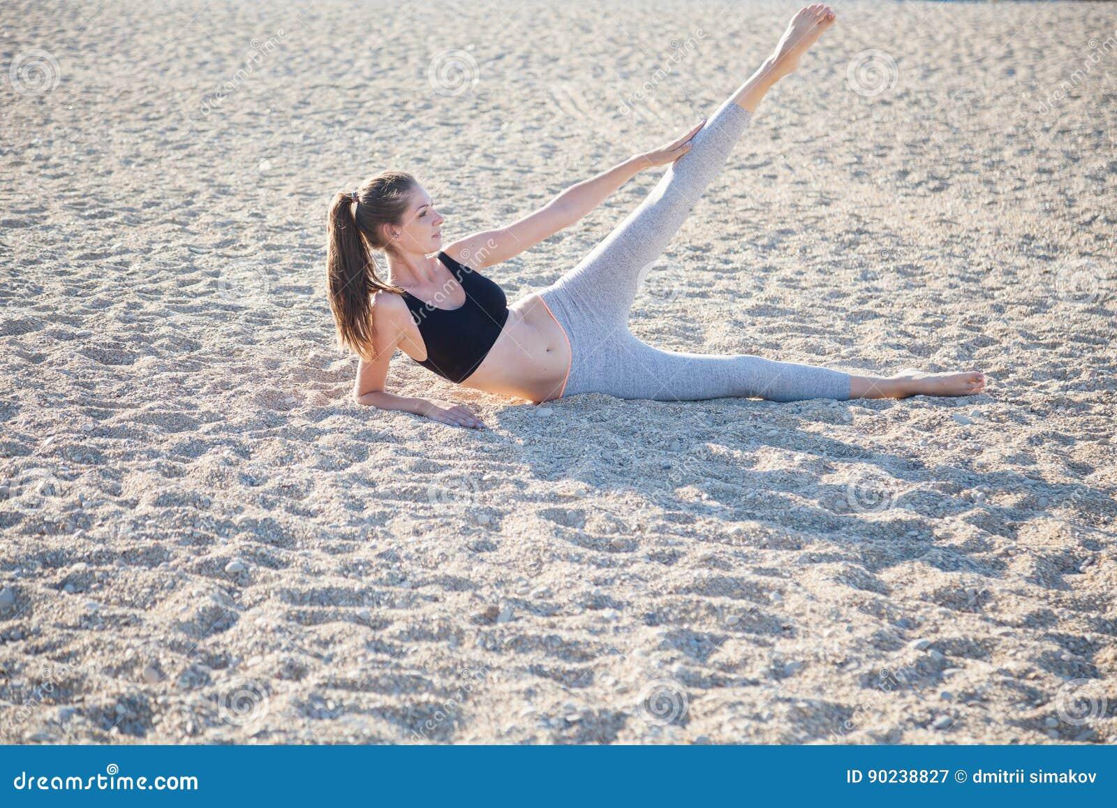 Piękna dziewczyna angażująca w sprawności fizycznej joga
