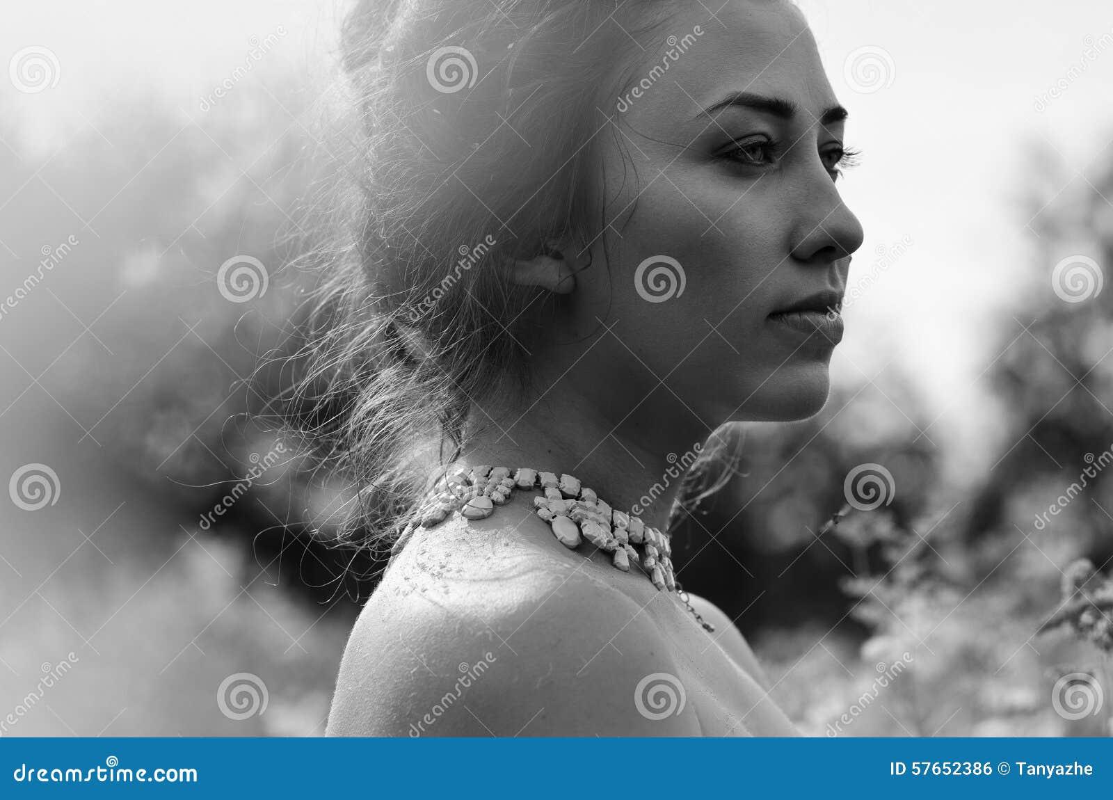Piękna dziewczyna czarny i biały portret