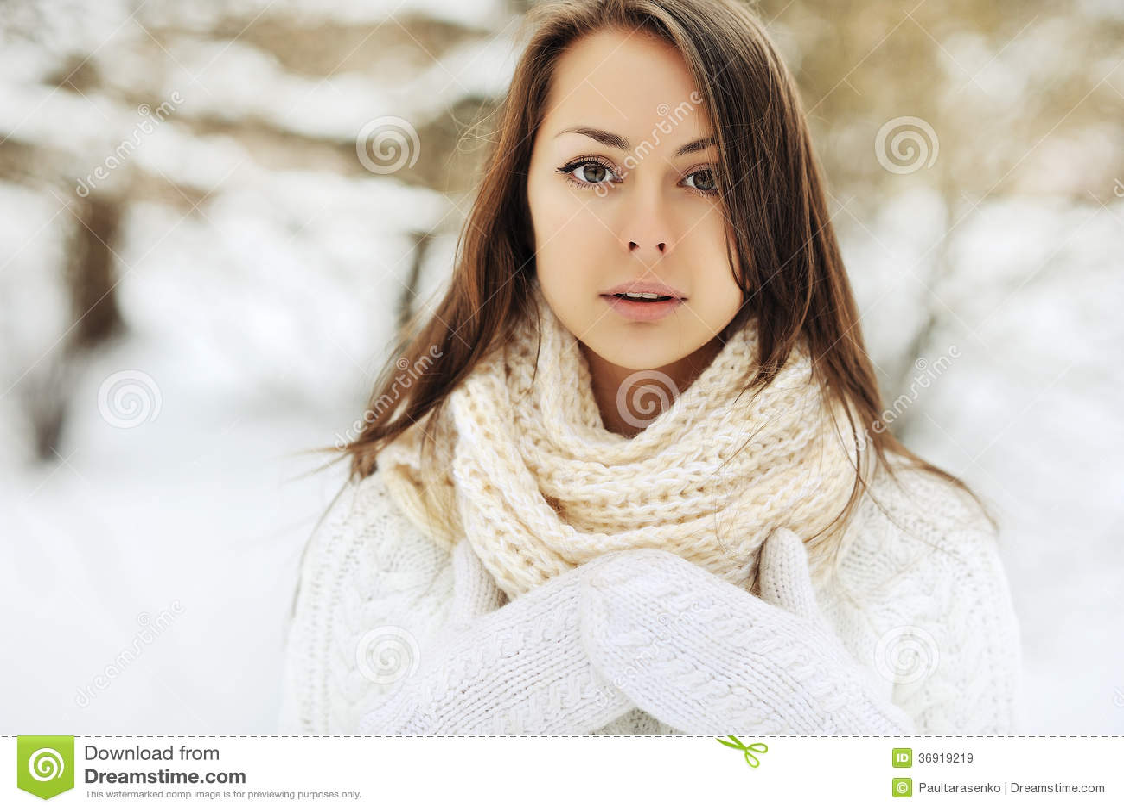 Piękna dziewczyna jest ubranym rękawiczki portret i szalika - outdoors. Clo
