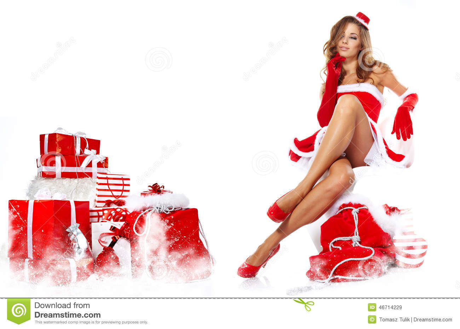Piękna dziewczyna jest ubranym Santa Claus odziewa z bożymi narodzeniami g