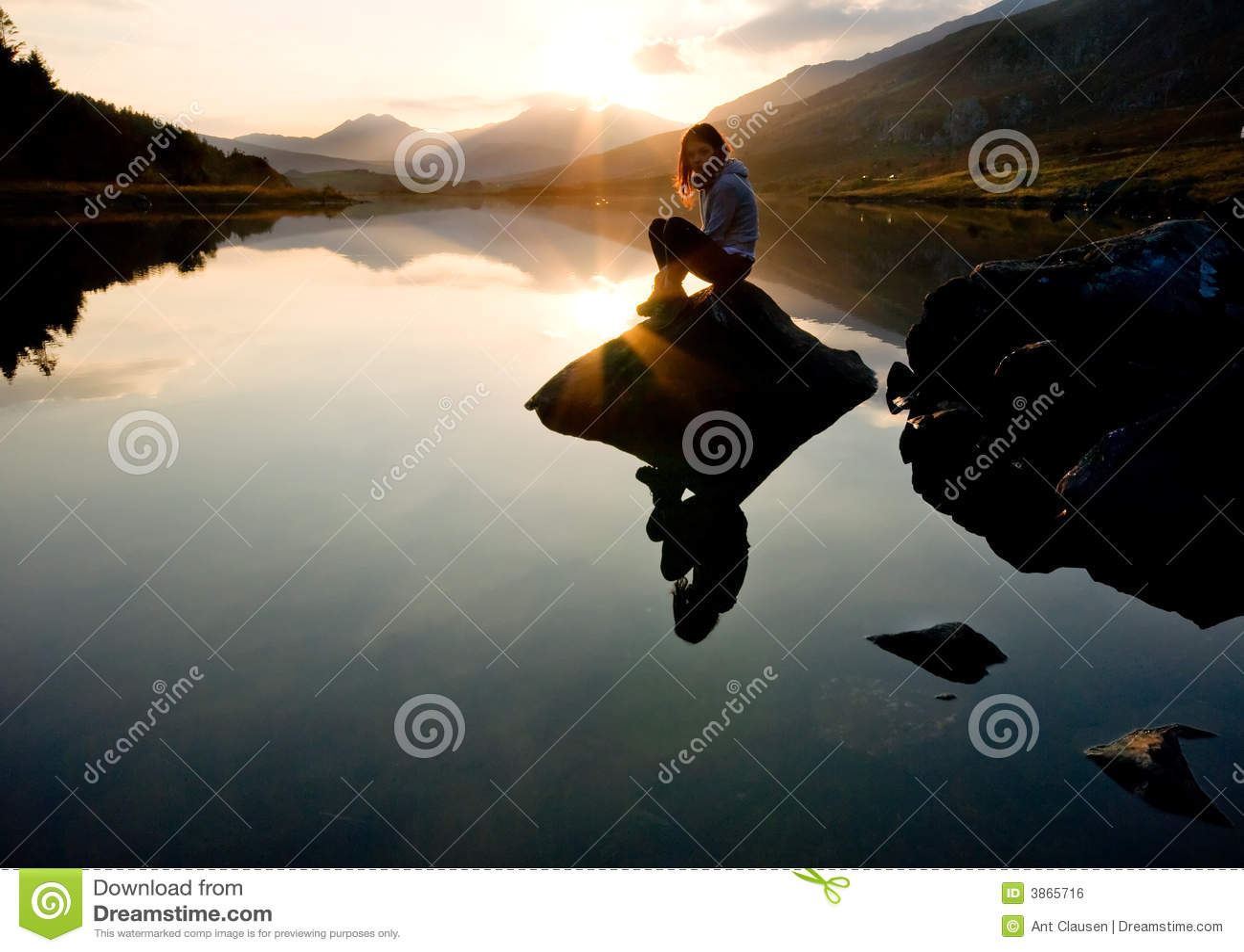 Piękna dziewczyna mountain jeziora.