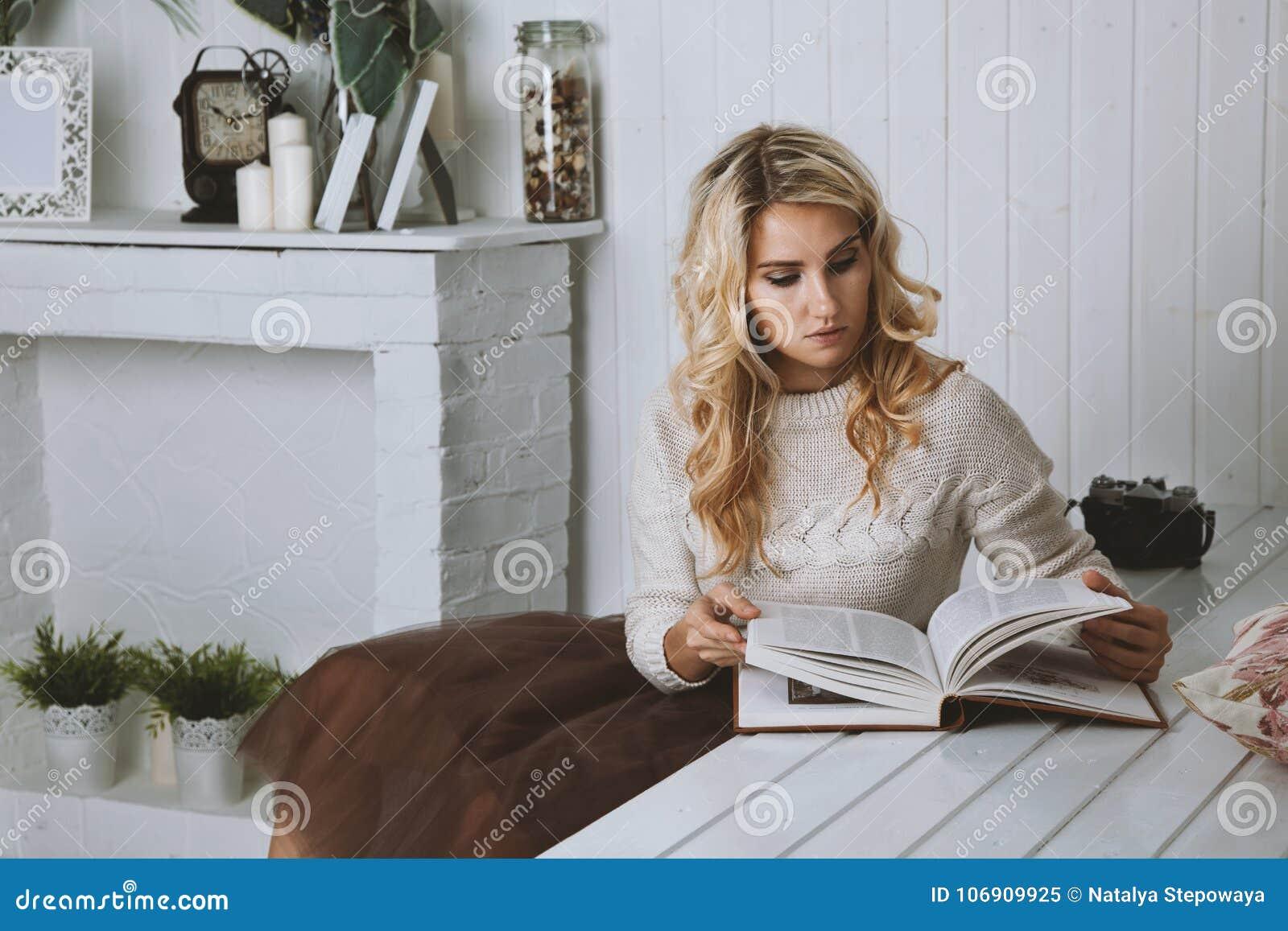 Piękna dziewczyna pensively czyta książkę