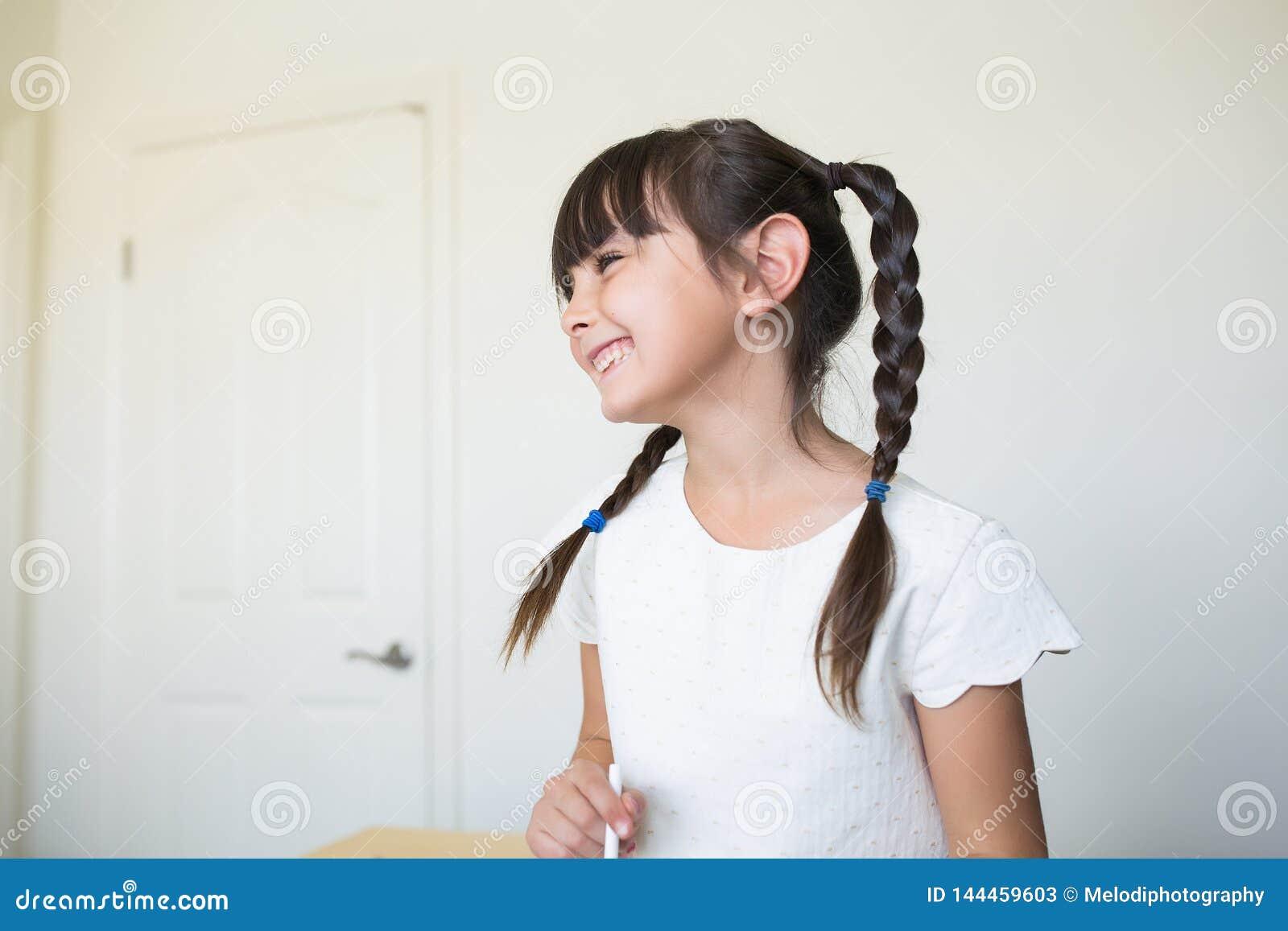 Piękna dziewczyna roześmiana i patrzeje daleko od
