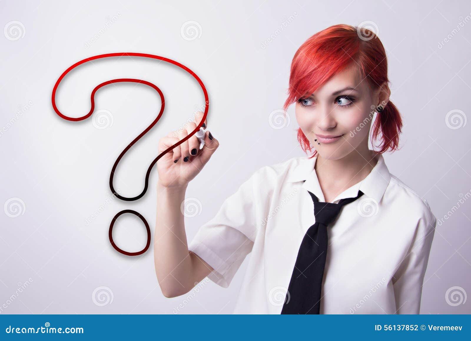 Piękna dziewczyna rysuje znaka zapytania markiera