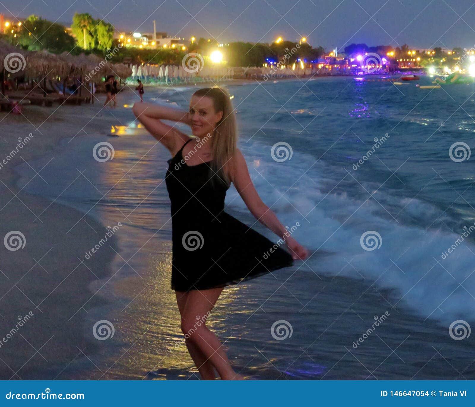 Piękna dziewczyna w czarnej sukni morzem