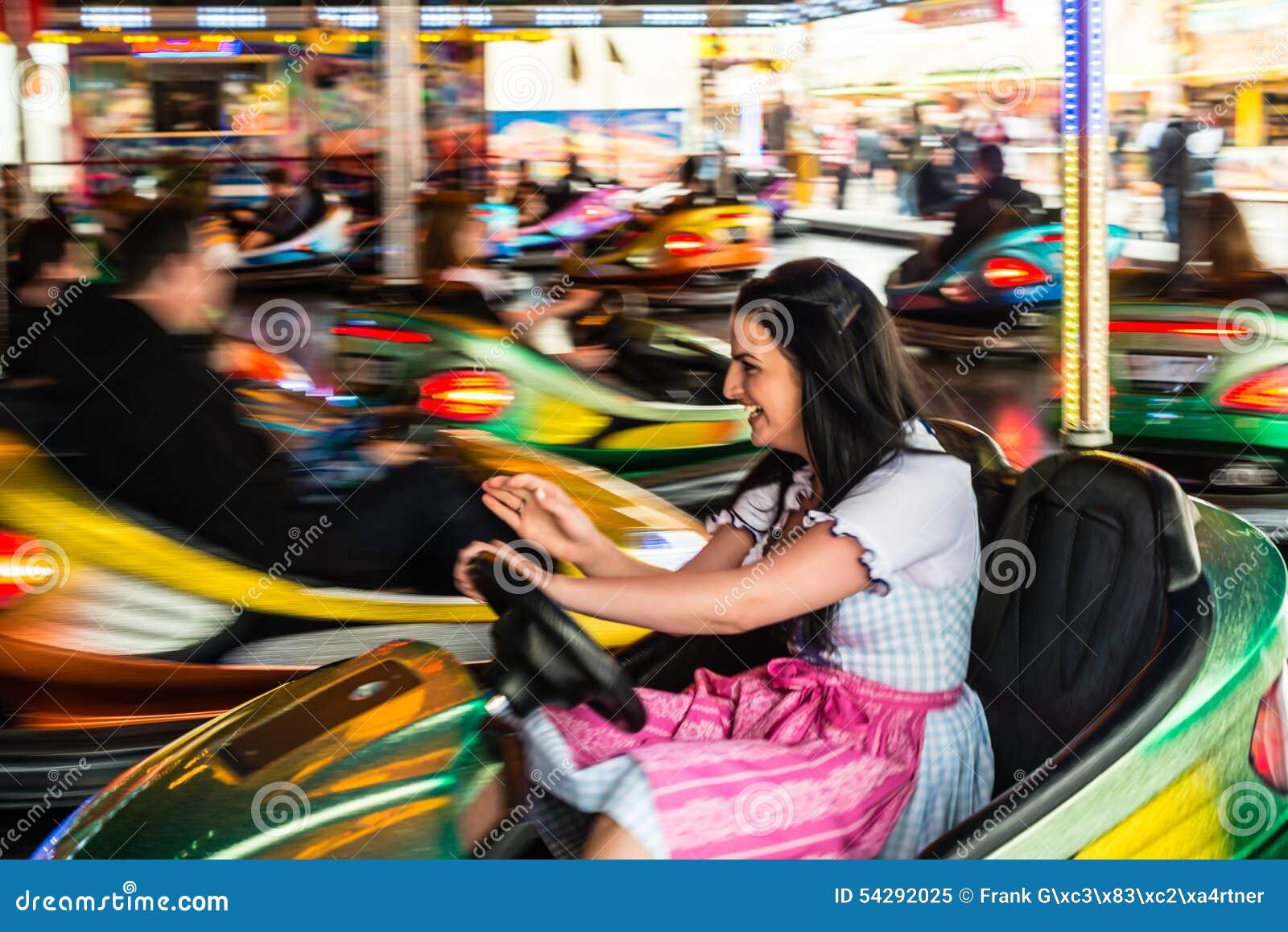 Piękna dziewczyna w elektrycznym rekordowym samochodzie przy