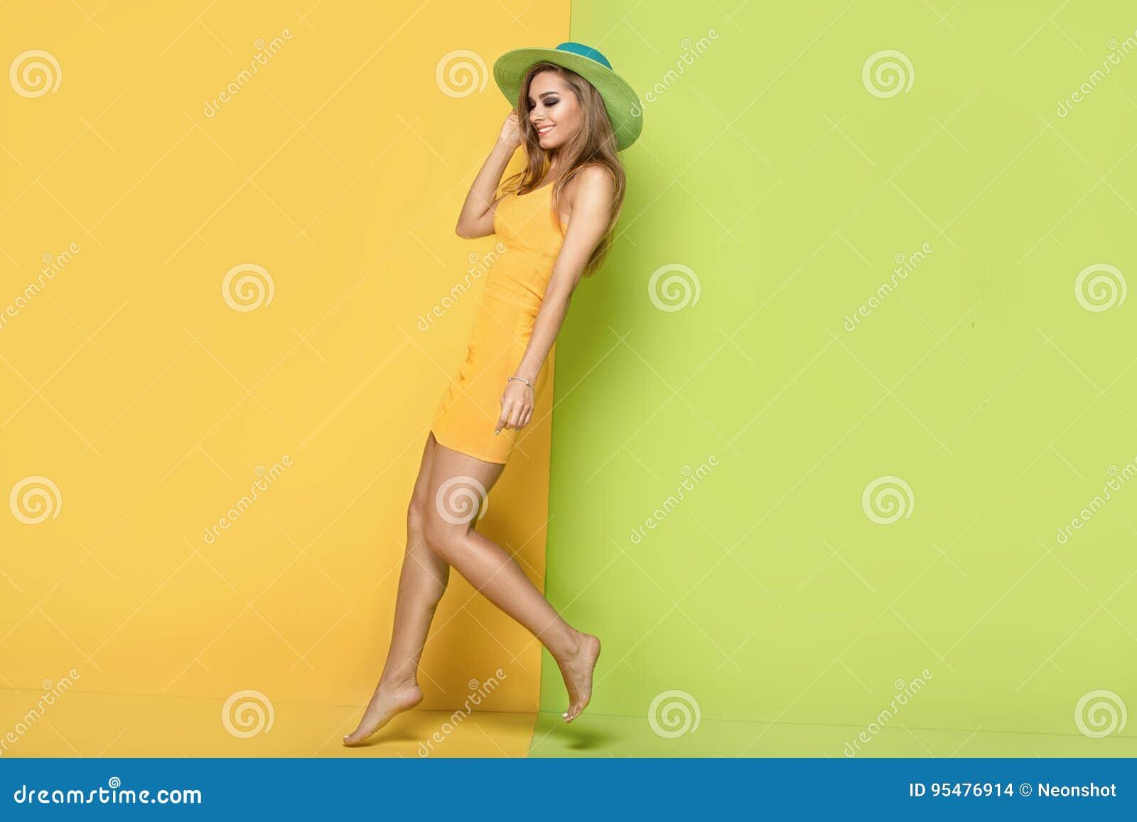 Piękna dziewczyna w lata kapeluszowy pozować