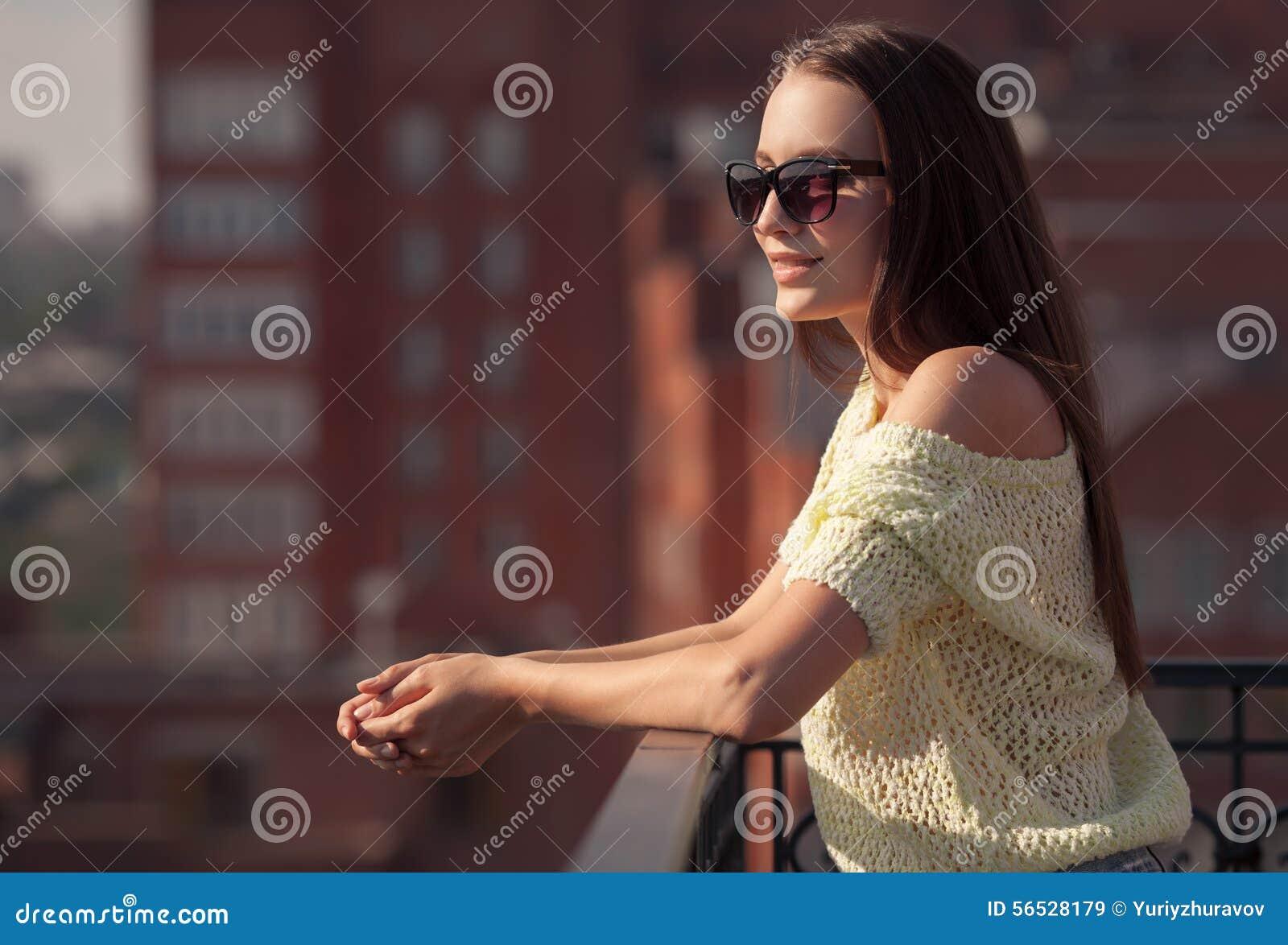 Piękna dziewczyna w okularach przeciwsłonecznych cieszy się świeżość