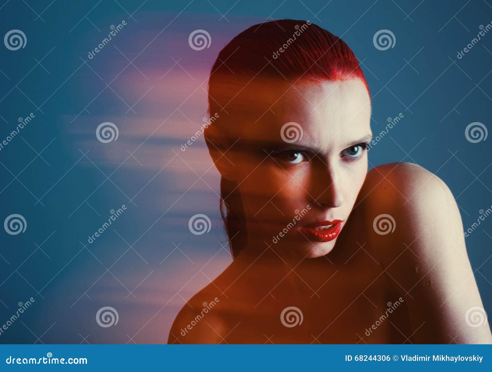 Piękna dziewczyna z dużymi oczami i przyglądający się