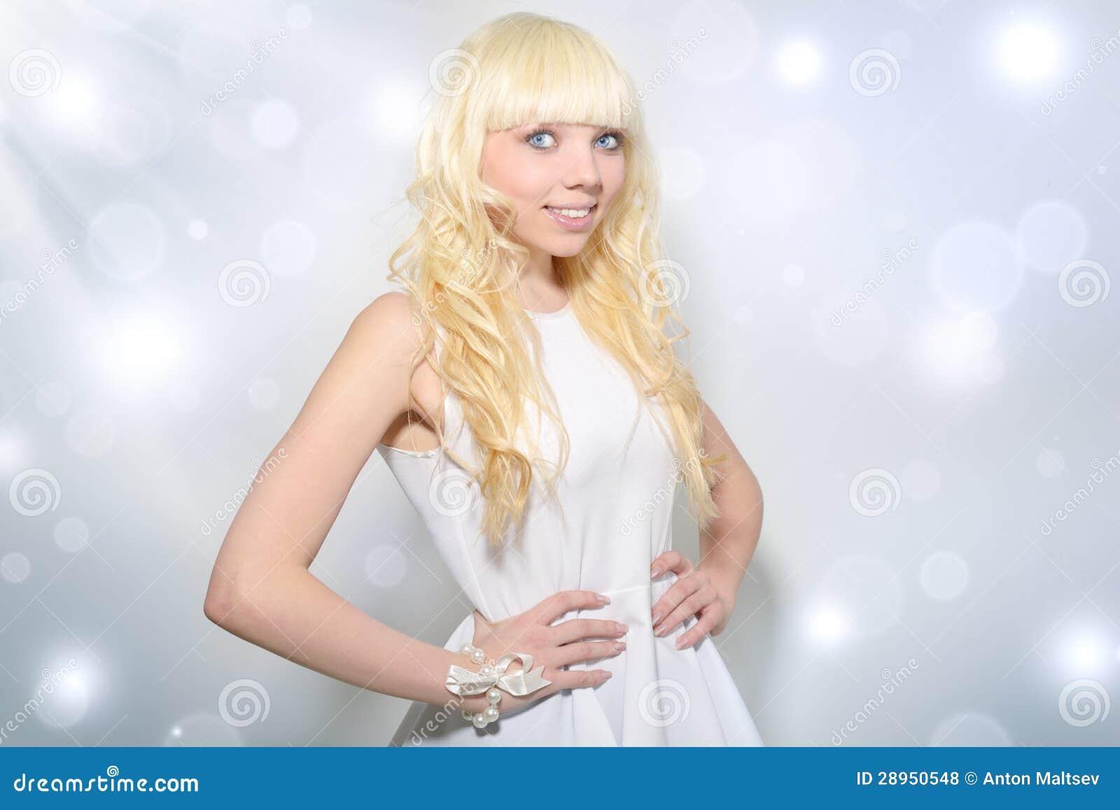 Piękna dziewczyna z kędzierzawym włosy