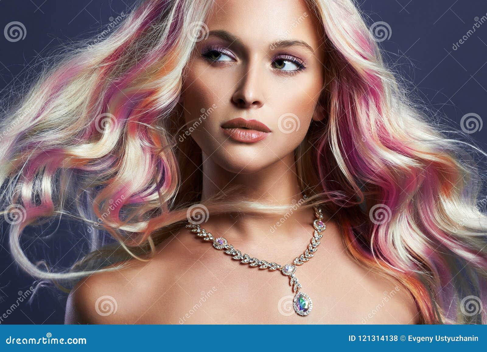 Piękna dziewczyna z kolorowym włosy i biżuterią