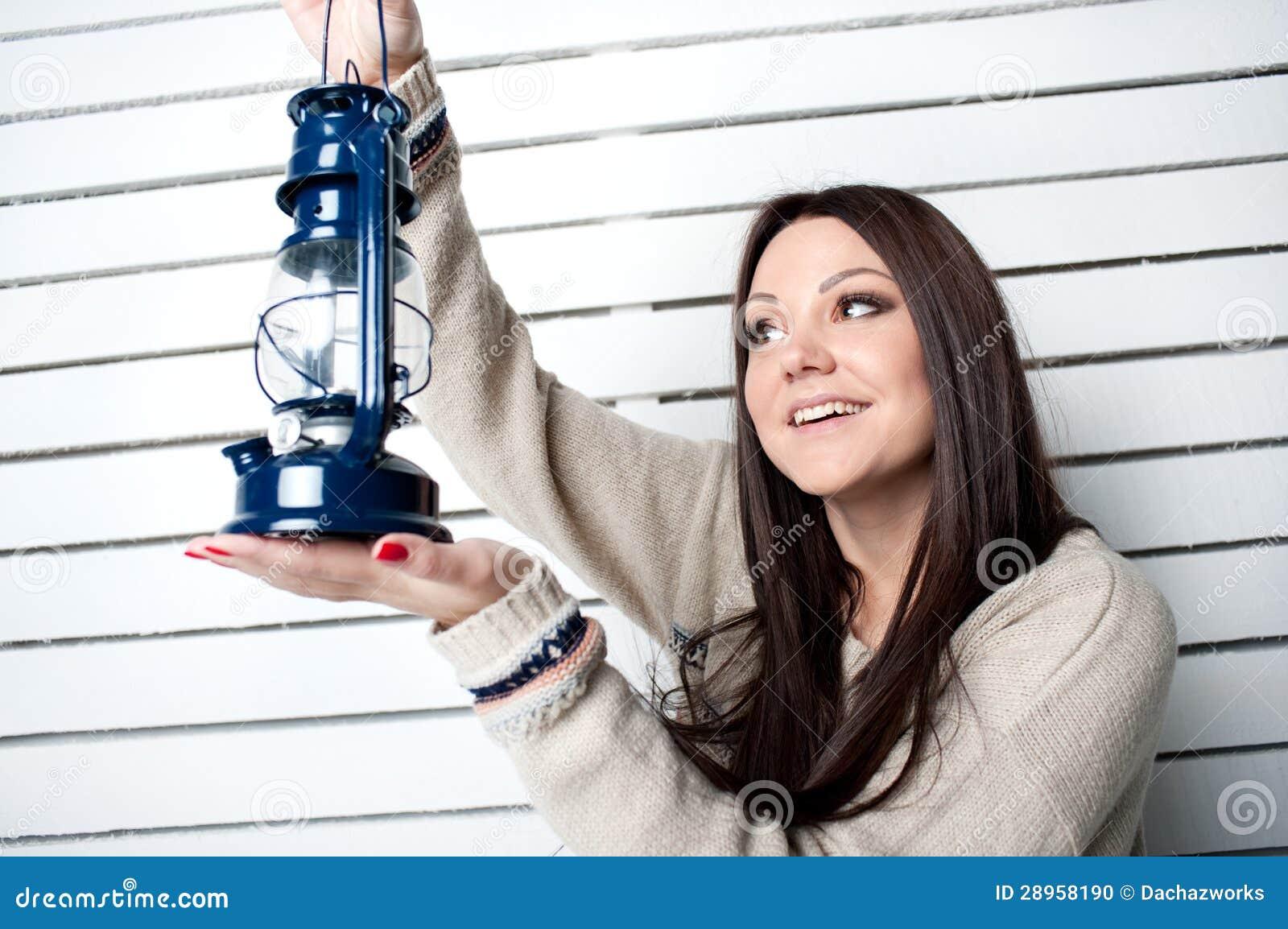 Piękna dziewczyna z lampionem