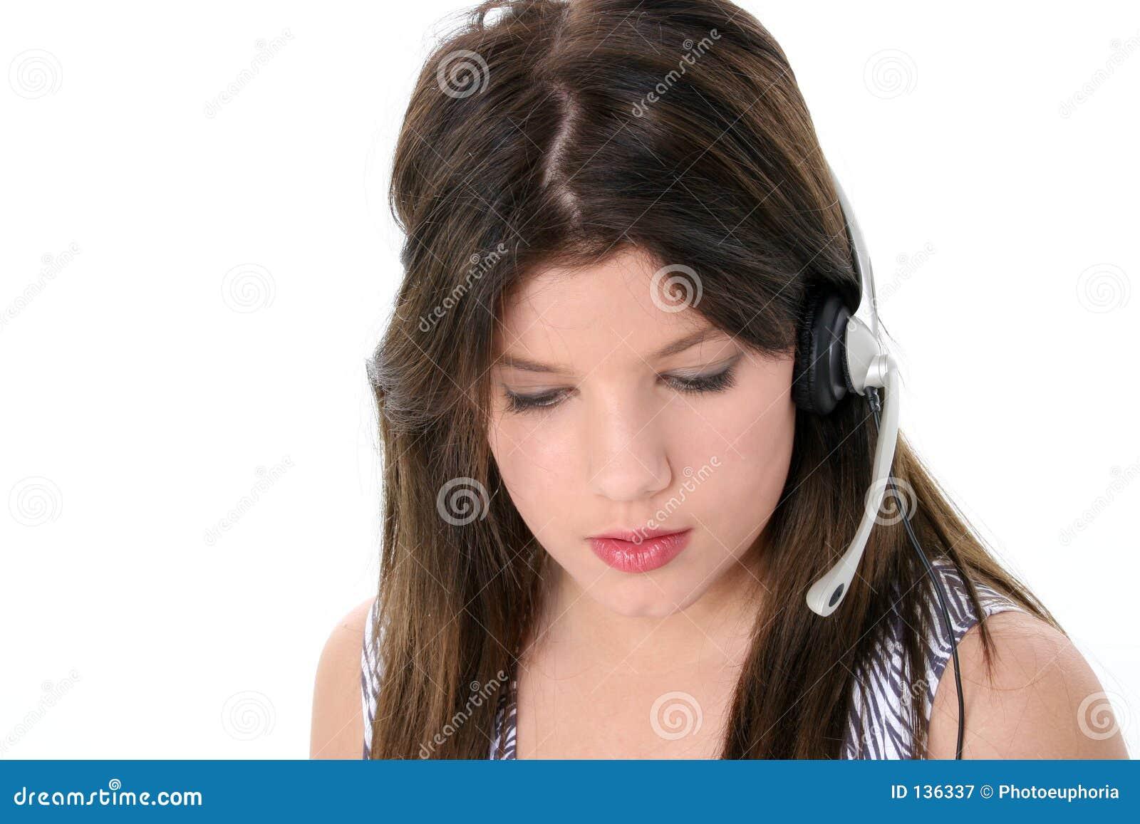 Piękna dziewczyna z nastoletnim białe słuchawki