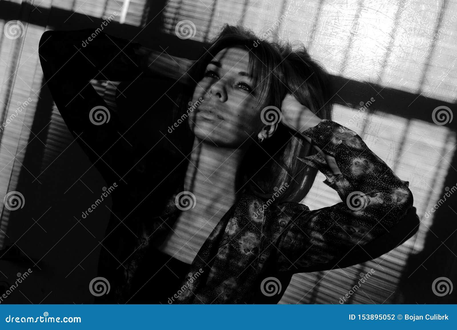 Piękna dziewczyna z niebieskich oczu pozować Ciężka lekka fotografia