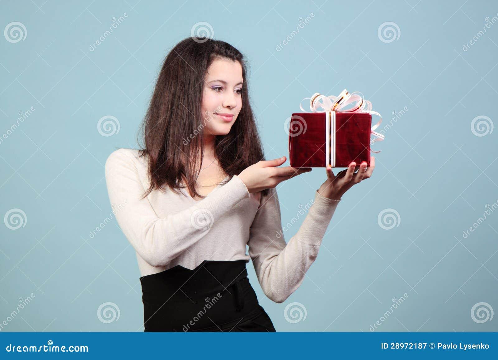 Piękna dziewczyna z prezentem.